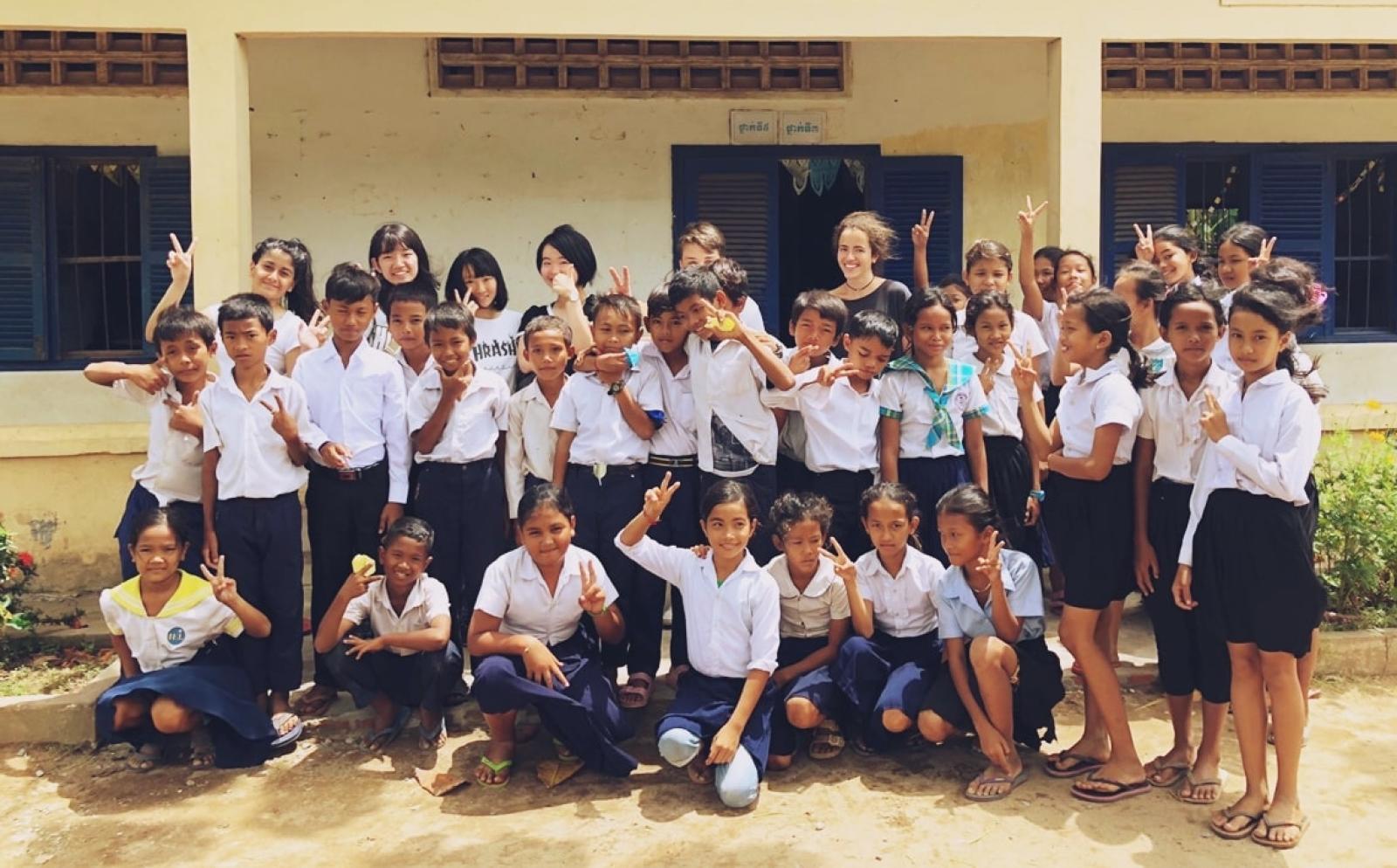 高校生ボランティア大島彩也夏さんとカンボジアの子供たち